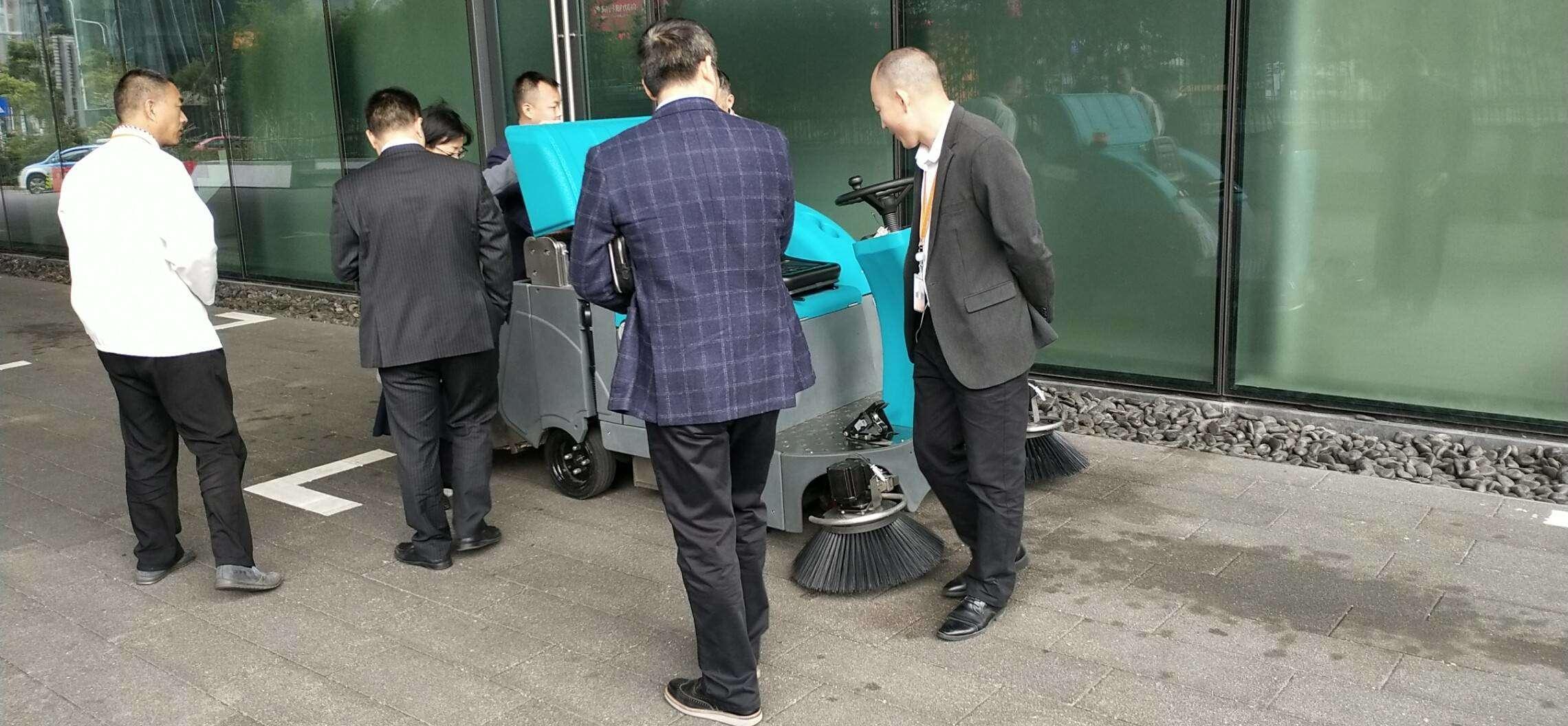 清晨雨拖地车在深圳腾讯总部使用