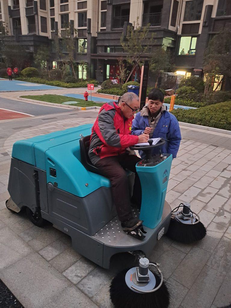 物业小区选择什么样的扫地车?今天清晨雨拖地车来跟大家好好聊聊