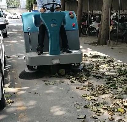 电动扫地车真的有用吗?跟清晨雨一起来看看网友都是怎么说的